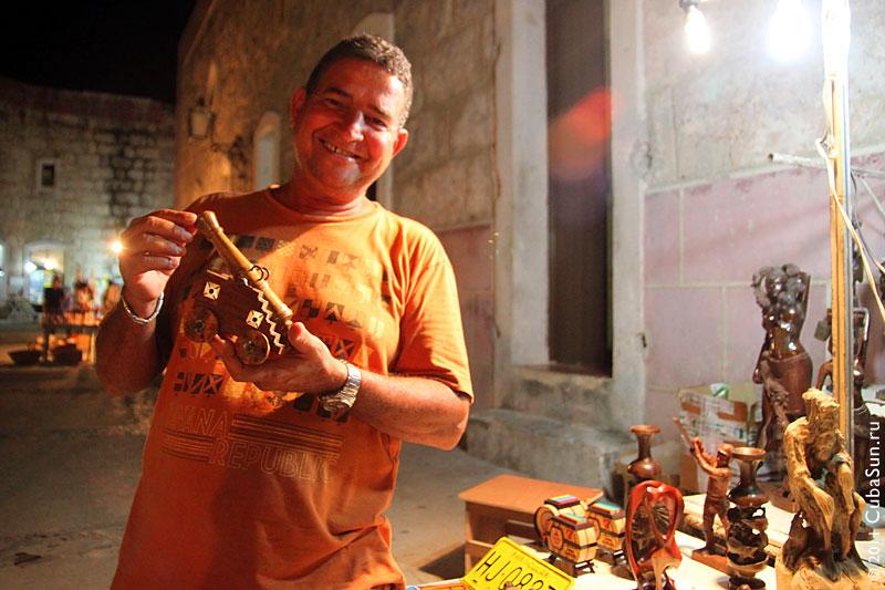 Скульптор Альберто Наварро с деревянной пушечкой.