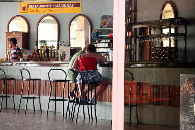 Металлические барные стулья ресторана Las Dunas в аэропорте Кайя Ларго.