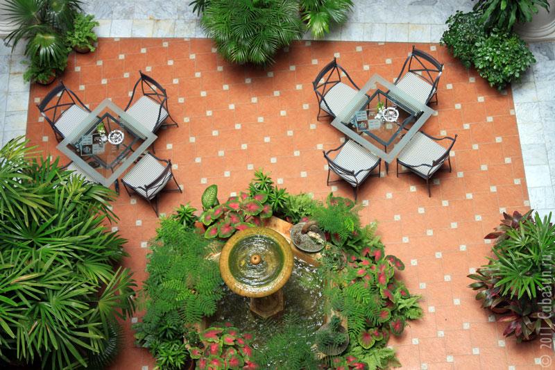 Куба, Гавана. Столики в гостинице на Plaza de Armas.