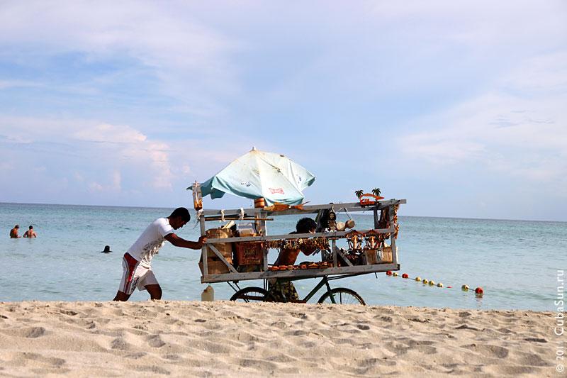 Тележка с сувенирами на пляже Варадеро.