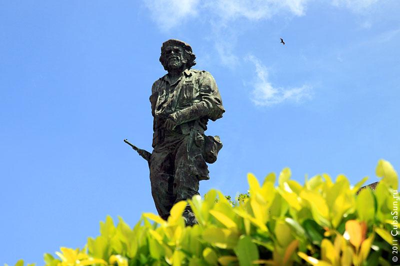 Бронзовая статуя Че в Санта Кларе.