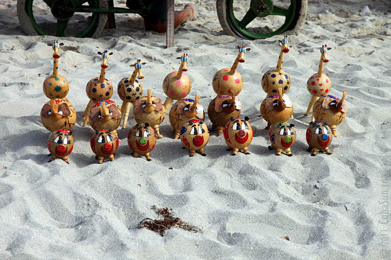 Деревянные фигурки на берегу пляжа в Варадеро.