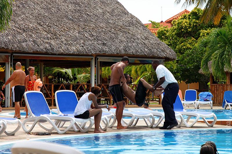 Пьяный негр в бассейне отеля Варадеро.