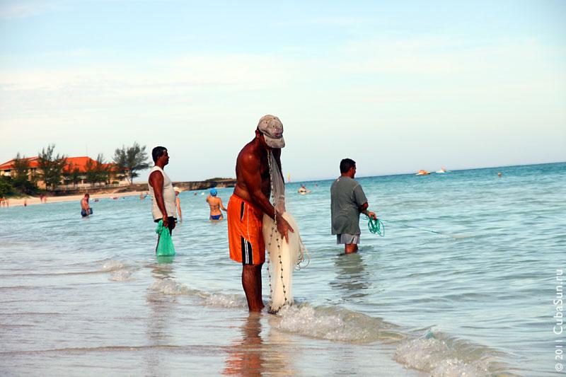 Рыбаки на берегу Атлантического океана.