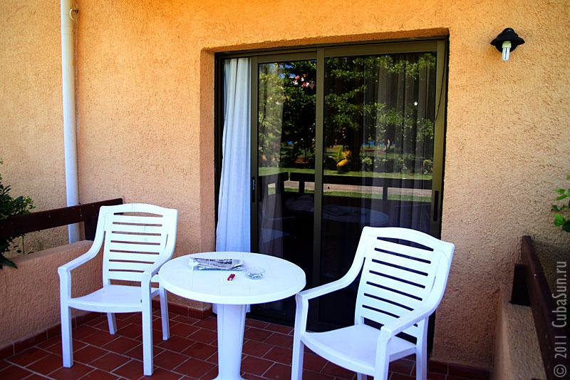 Домики для проживания в отеле имеют балкончик.