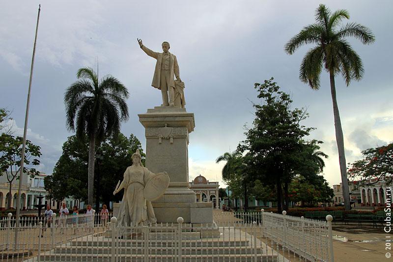 Статуя Хосе Марти в парке Хосе Марти, город Сьенфуэгос (Cienfuegos).