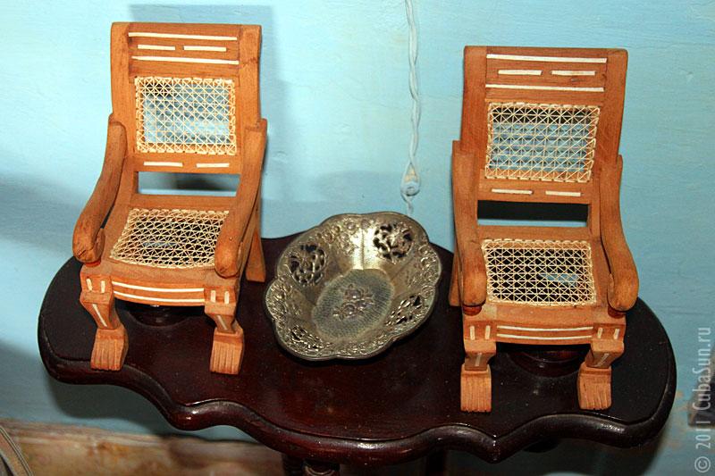Керамические креслица в Тринидаде. Меж ними пепельница 19 века.