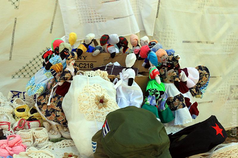 Тряпичные куклы изображают кубинок в традиционном кубинском наряде.