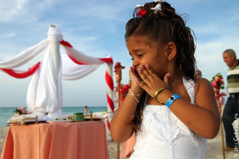 Маленькая девочка, нёсшая корзинку с цветами, стеснялась фотографироваться.