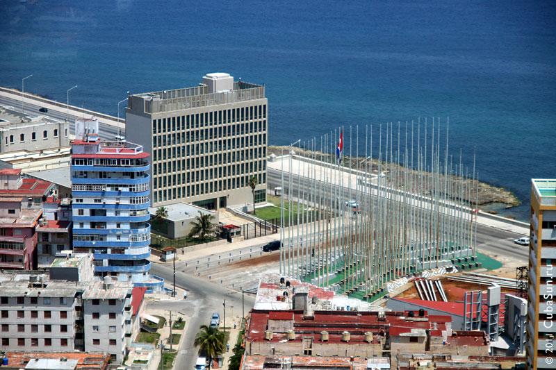 138 флагштоков перед отделом североамериканских интересов в Гаване.