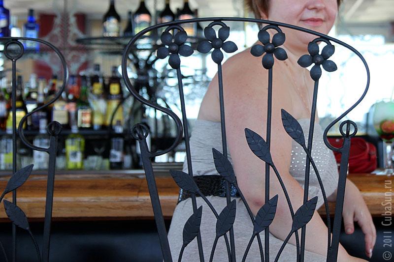 Кованая спинка металлического барного стула. Кафе на 35 этаже в Гаване.
