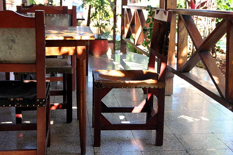 Мебель в придорожном кафе.