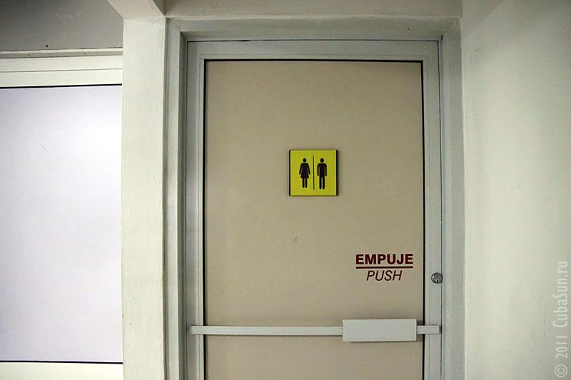 Аэропорт Варадеро. Дверь туалета со странной пиктограммой.