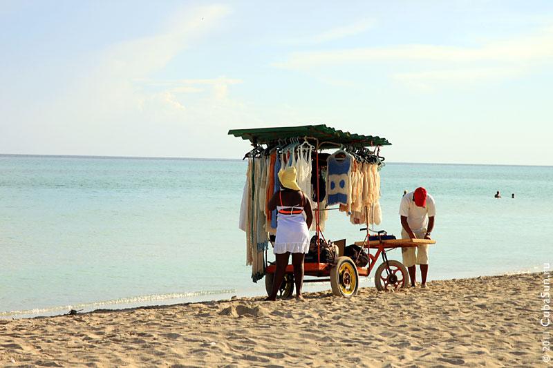 Тележка с одеждой на пляже Варадеро.
