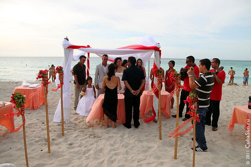 Церемония бракосочетания: гости и брачующиеся.