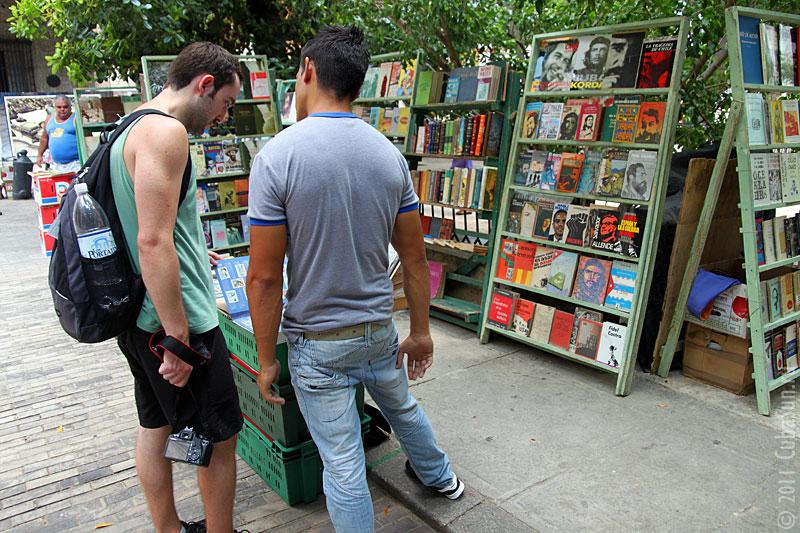 Деревянная мостовая в Гаване, напротив — книжный рыночек.
