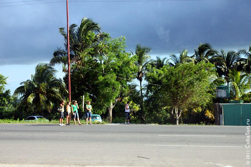 Девушки, путешествующие автостопом.