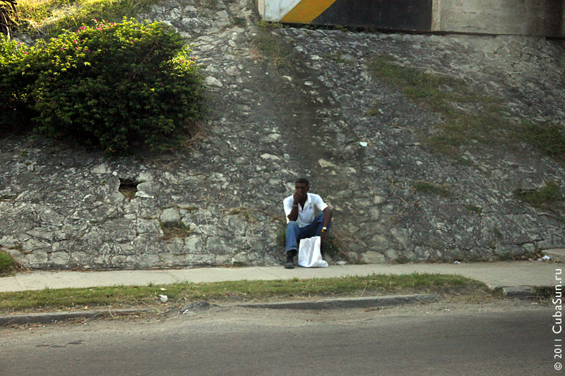 Автостопщик на Кубе.