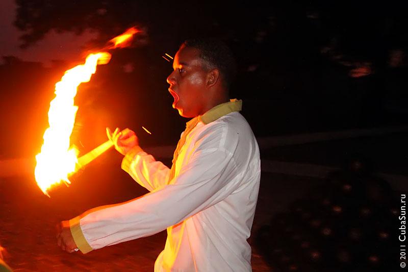 Факельщик на церемонии пушечного выстрела в крепости Сан Карлос де ла Кабанья (San Carlos de la Cabana) , Гавана.