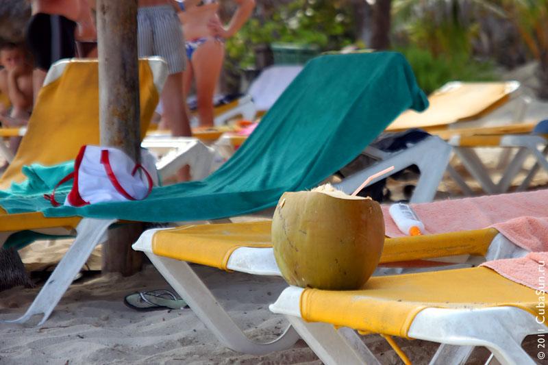 Коктейль в шкуре кокоса: вкусно, но таскать с собой тяжело.