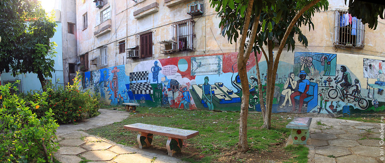 Стена с граффити на доме, где живет Вивиан.